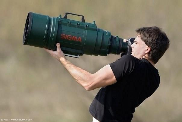 Фотограф с огромным объективом
