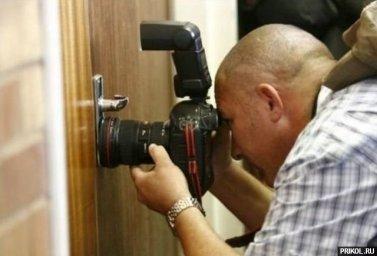 Фотограф подглядывает в замочную скважину
